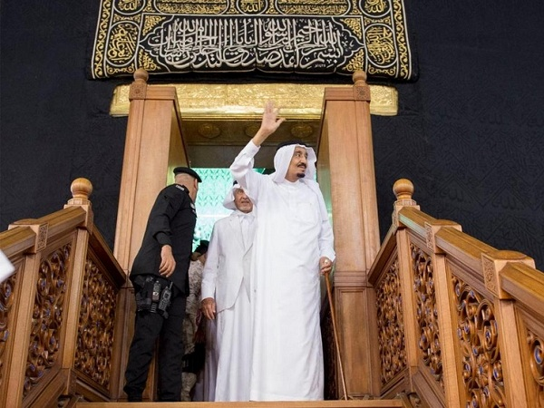 Raja Salman saat keluar dari Ka'bah