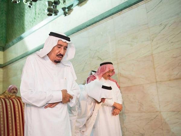 Raja Salman shalat sunnah di dalam ka'bah