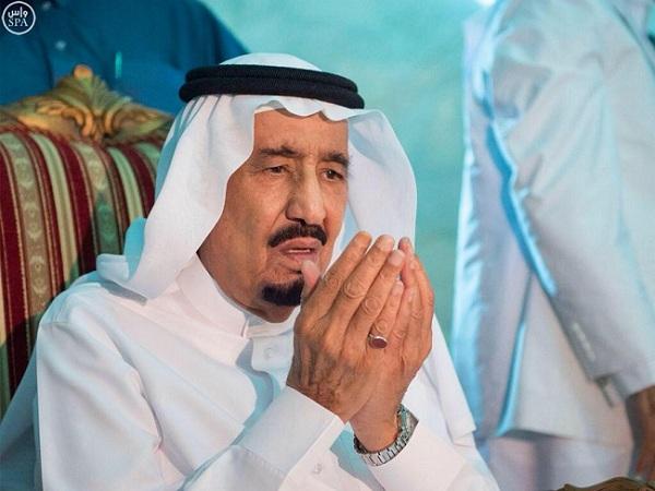 Raja Salman berdoa usai shalat sunnah
