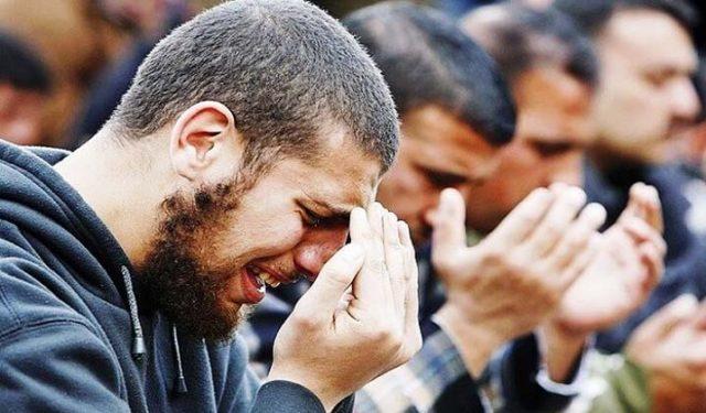 menangis minta pertolongan Allah